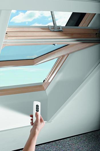 Designo R45 H WD RotoTronic fa középen billenő tetőtéri ablak fotó